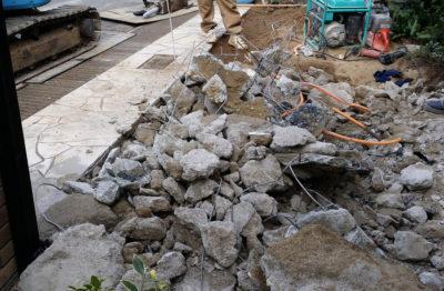 最近着工した現場。更にコンクリート塊と鉄筋に分けて、リサイクルへ。